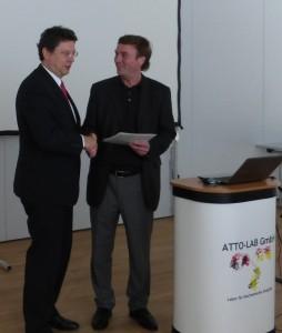 Attolab_Übergabe des Fördermittelbescheides durch Minister Meyer (1)